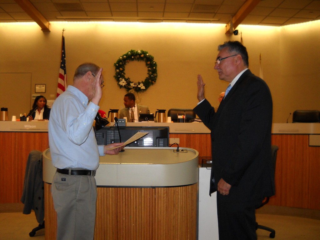 Simonsen administers Oath to Tiscareno 1024x768 Former labor leader, retired steelworker Tony Tiscareno appointed to the Antioch City Council
